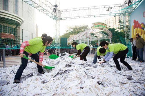 롯데백화점이 지난달 실시한 경품행사에는 수많은 응모자들이 참여해 성황을 이뤘다.