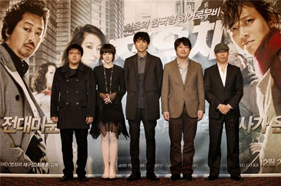 """From left, director Choi Dong-hoon and actors Lim Soo-jung, Gang Dong-won, Kim Yoon-suk and Yoo Hae-jin pose during a photo session of a press conference for their film """"Woochi"""" held at a CJ CGV theater in Seoul, South Korea on December 14, 2009. [Zip Cinema]"""