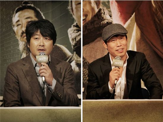 """From left, actors Kim Yoon-suk and Yoo Hae-jin attend a press conference for their film """"Woochi"""" held at a CJ CGV theater in Seoul, South Korea on December 14, 2009. [Zip Cinema]"""
