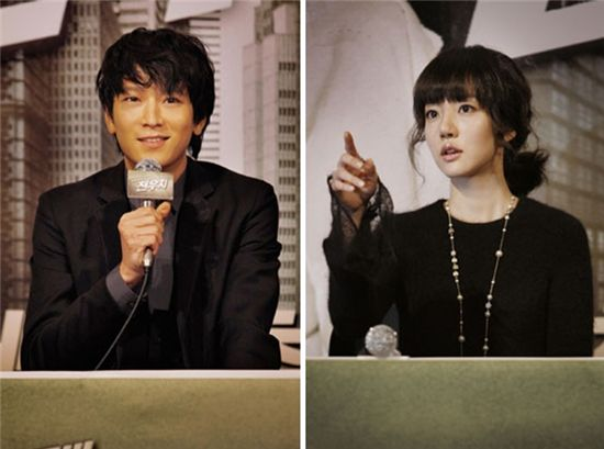 """From left, actor Gang Dong-won and actress Lim Soo-jung attend a press conference for their film """"Woochi"""" held at a CJ CGV theater in Seoul, South Korea on December 14, 2009. [Zip Cinema]"""