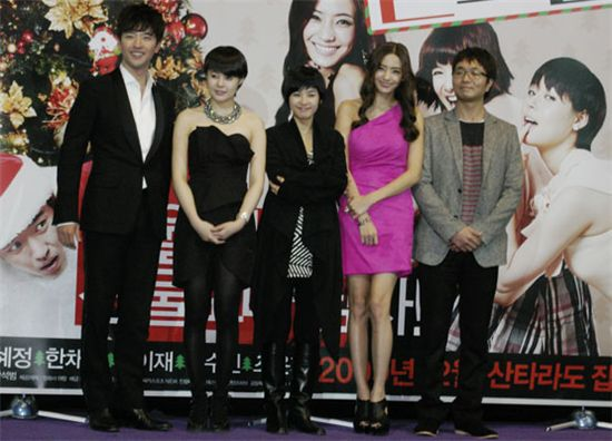 "The cast of ""Girlfriends"": from left, actors Bae Soo-bin, Heo Yi-jae, Kang Hye-jeong, Han Chae-young and director Kang Seok-beom [Aram Films]"