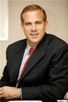 Profile / 리차드 힐 신임 행장은 지난 2002년 앨라이드 도메크(Allied Domecq PLC)의 뉴욕증시  상장을 주도했다. 이 회사의 CFO, COO 등을 지내며 5개 대륙에서 대규모 생산과 여업을 하는 최초의 글로벌 프리미엄 와인  비즈니스 설립에 기여했다. 이 회사가 지난 2005년 페르노르드 리차드에 매각되자 스탠다드차타드 금융그룹으로 옮겼다. 5개 언어를  구사하는 그는 영국의 프로축구팀 '아스날'의 열혈 팬이기도 하다.