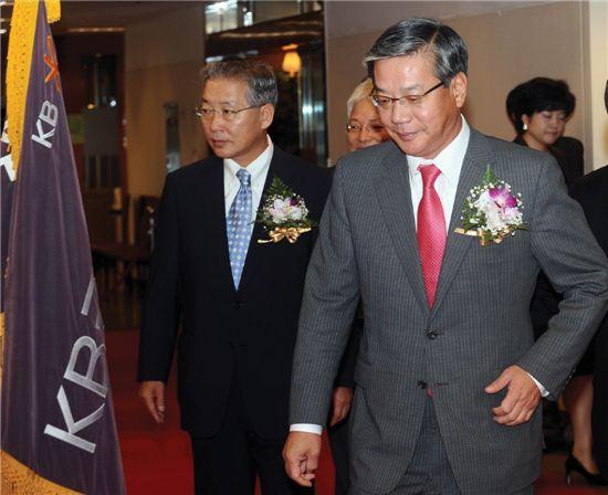 작년 9월말 열린 KB금융지주 출범 1주년 기념식장에 황영기 회장(오른쪽), 강정원 행장이 입장하고 있다.