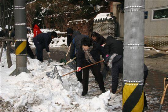 강남구청 직원들의 제설작업