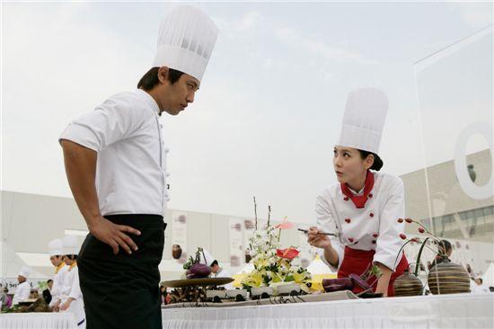 "Actors Jin Goo (left) and Kim Jung-eun in ""Le Grand Chef 2: Kimchi Battle"" [IROOM Pictures]"