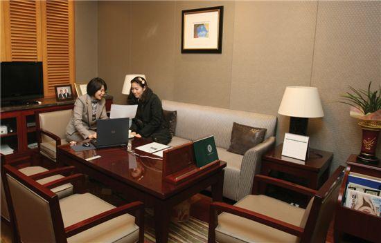 하나은행 압구정골드클럽에서 고객이 상담을 받고 있다.