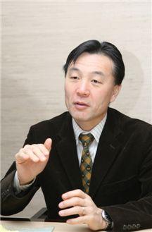 마사시 미토 일본 참의원 국회의원은 민주당 내 오자와 계로 분류되는 실세 정치인이다. 일본 게이오대 경제학부 출신으로 요코하마 가나가와현이 지역구이다. 32세의 나이에 가나가현의 도의원에 당선된 후 3선에 성공했다. 지난 2007년, 참의원 선거에서 당선됐다.