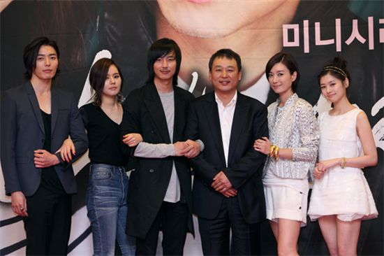 """Director Lee Hyung-min (center) and his actors in TV series """"Bad Guy"""" [Good Story]"""