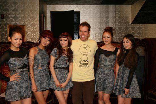 Wonder Girls and celebrity blogger Perez Hilton (center) [JYP Entertainment]