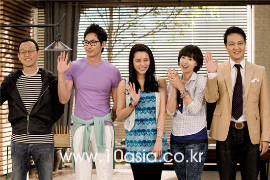 """From left, SBS TV series """"Coffee House"""" director Pyo Min-soo and cast members Kang Ji-hwan, Park Si-yeon, Ham Eun-jung and Jung Woong-in pose during a press conference on the set of the show in the city of Paju in Gyeonggi Province, South Korea on May 31, 2010. [Lee Jin-hyuk/10Asia]"""
