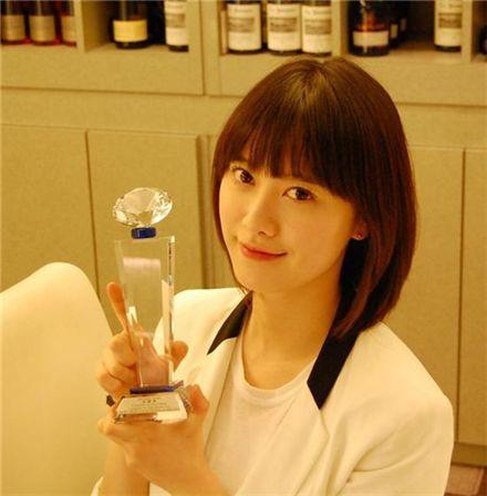 Korean actress Ku Hye-sun holds up her trophy from Short Shorts Film Festival & Asia [Ku Hye-sun's official Twitter site]