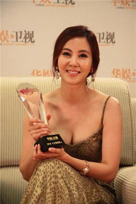 "Korean actress Kim Nam-joo poses with her grand prize trophy from China Entertainment Television(CETV)'s ""Top 10 Asian Actors"" award ceremony held at Shenzhen Convention & Exhibition Center in Shenzhen, China on June 19, 2010. [Wellmade Star M]"