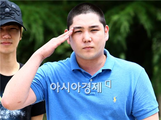 Super Junior member Kang-in salutes fans ahead of entering Nonsan military training camp in the South Chungcheong Province of South Korea on July 5, 2010. [Han Youn-jong/Asia Economic Daily]