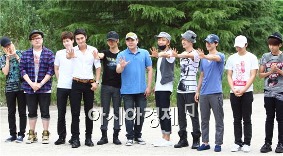 Super Junior members with Kang-in (center) at Nonsan military training camp in the South Chungcheong Province of South Korea on July 5, 2010. [Han Youn-jong/Asia Economic Daily]