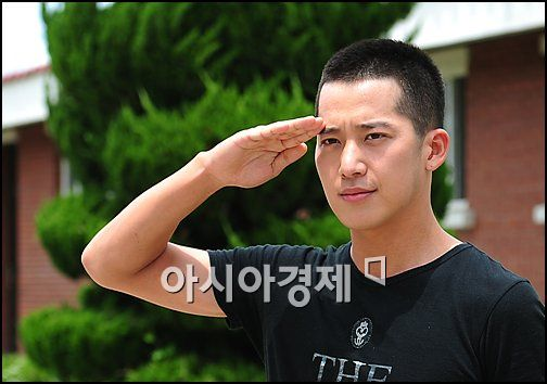 Korean actor Lee Wan makes a salute before entering the military training camp in Nonsan, South Korea on July 12, 2010. [Asia Economic Daily]