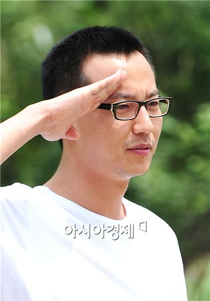 Korean actor Kim Nam-gil makes a salute before entering the military on July 15, 2010. [Park Sung-ki/Asia Economic Daily]
