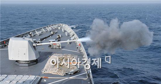 세종대왕함의 5인치 함포 사격 모습 (사진제공=해군)