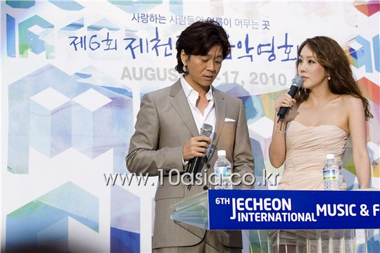 From left, Korean rock band YB lead vocalist Yoon Do-hyun and actress Kim Jung-eun emcee at the opening ceremony of the 6th Jecheon International Music & Film Festival held at the city of Jecheon in North Chungcheong Province, South Korea on August 12, 2010. [Lee Jin-hyuk/10Asia]