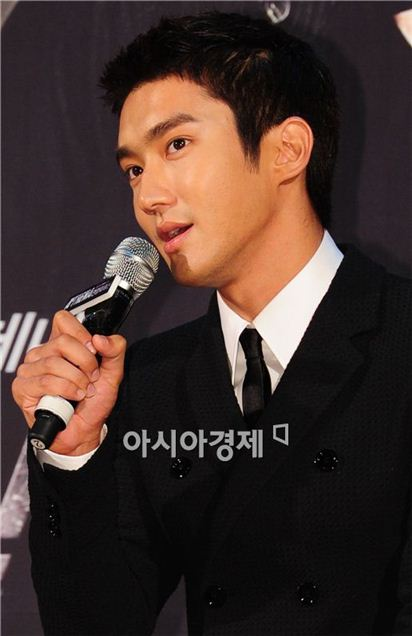 """Singer and actor Choi Si-won speaks during a showcase for upcoming TV series """"Athena"""" held at the Lotte World in Seoul, South Korea on August 30, 2010. [Han Youn-jong/Asia Economic Daily]"""