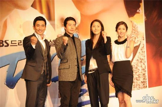 """From left, actors Cha In-pyo, Kwon Sang-woo, Ko Hyun-jung and Lee Soo-kyung pose during a photocall of a press conference for SBS TV series """"The President"""" held at the Lotte Hotel in Jamsil of Seoul, South Korea on September 29, 2010. [SBS]"""