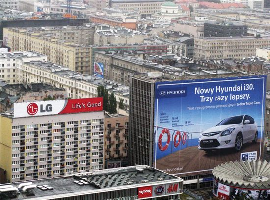 현대자동차와 LG를 비롯한 국내 대기업들의 옥외광고가 폴란드 바르샤바 중심가에 위치해 있다.