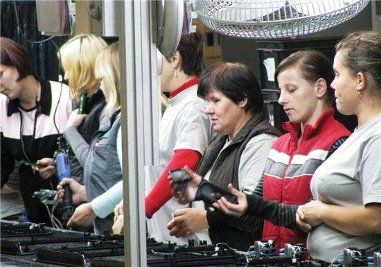 LG전자 믈라바 공장에서 작업중인 폴란드 근로자들이 부품을 조립중이다.