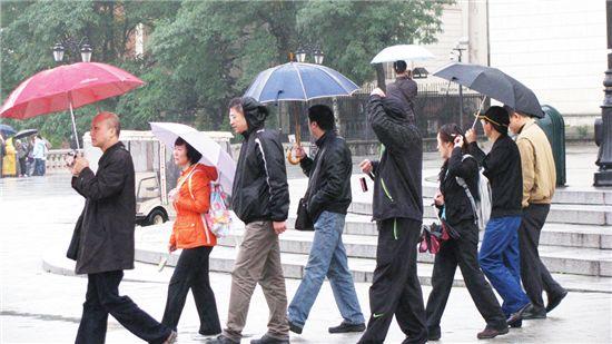 바르샤바 시가지 광장으로 이동중인 중국인 관광객.