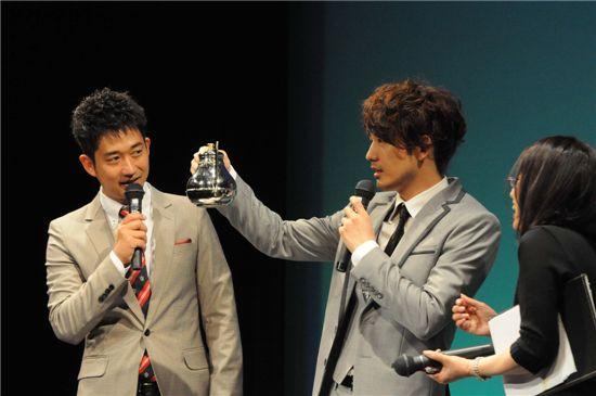 Korean actor Park Jae-jung shows off his coffee making skills at his fan meeting in Japan. [Eyagi Entertainment]