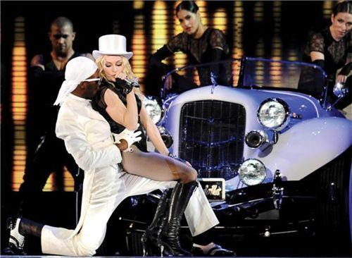 마돈나가 지난 2008년 9월6일 자신의 'Sticky and Sweet Tour' 공연의 일환으로 이탈리아 로마 올림피코 스타디움에서 공연하고 있다.