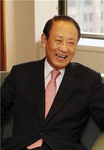 외환은행 인수를 공언한 김승유 하나금융지주 회장이 집무실에서 파안대소하고 있다.