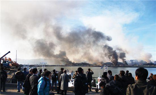 북한이 지난 11월 23일 오후 2시 34분께 연평도 부근에 다량의 해안포를 발사해 연평도 일대가 검은 연기에 휩싸여 있다.
