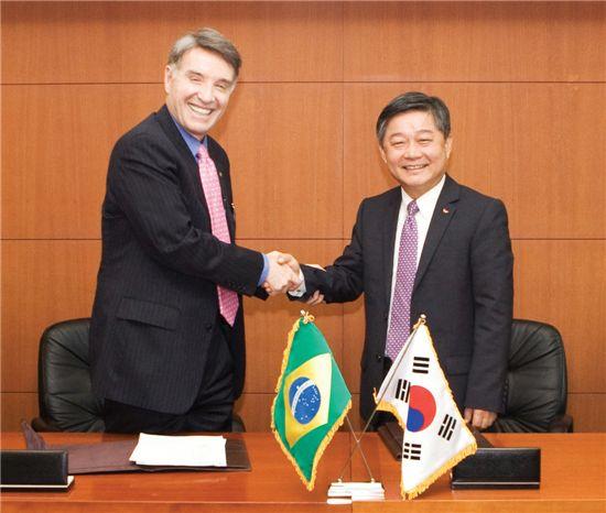 2010년 9월 30일 이창규 SK네트웍스 사장이 브라질 철광석기업 MMX사가 소속된 EBX그룹 아이크 바티스타 회장과 7억달러 규모의 투자계약을 체결한 뒤 악수를 하고 있다.