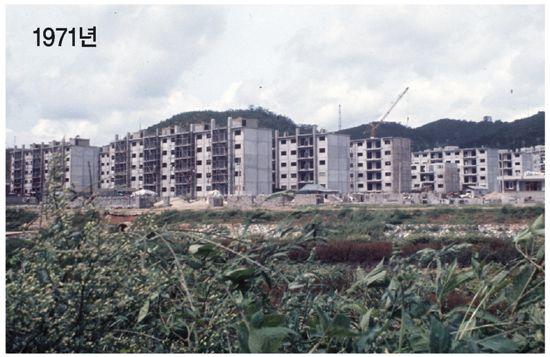 LH공사(당시 주택공사)는 1971년 개봉동에 서울 최초의 임대아파트를 준공했다. 당시의 공사현장 전경.