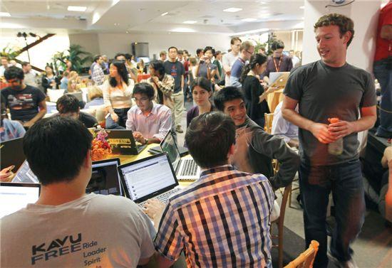 페이스북 CEO 마크 주커 버그(맨 오른쪽)가 700여명 전 구성원 누구나 자유롭게 아이디어 제안을 할 수 있는 '핵카톤'을 진행하고 있다.(사진=AP연합)