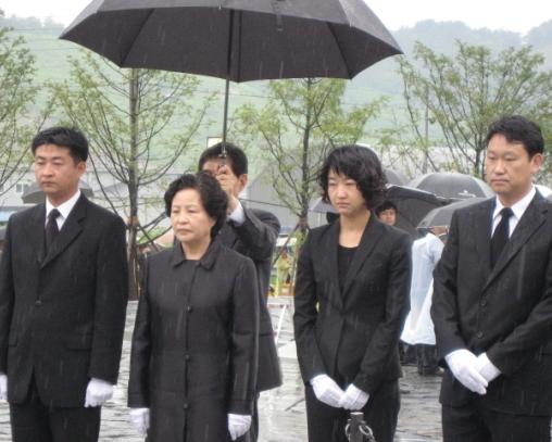 고(故) 노무현 전 대통령 묘역에서 엄수된 추도식에 참석해 참배하는 권양숙 여사(왼쪽 두 번째) 등 노 전 대통령 일가