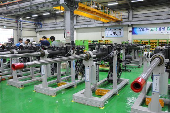 분당 300발이 발사 가능한 40mm 주무장의 핵심기술은 연발에도 균열이나 변형이 되지 않는 총열이다. 생산공장에서 품질검사를 받고 있는 40mm 주무장.