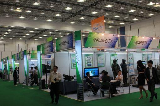 '2011첨단국방산업전'이 열리고 있는 대전컨벤션센터 행사장 전경.