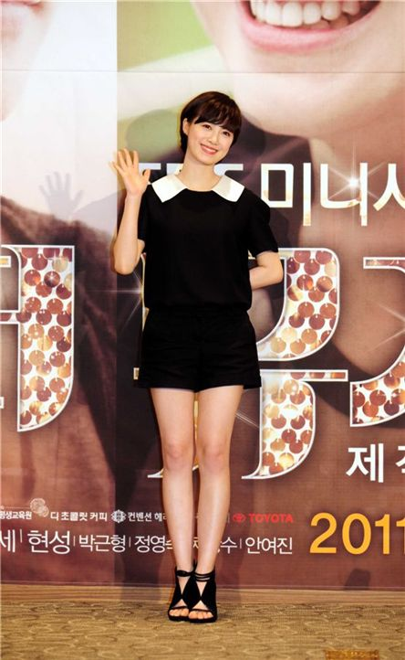 """Actress Ku Hye-sun poses during a press conference for upcoming SBS TV series """"The Musical"""" on August 30, 2011. [Film Book]"""