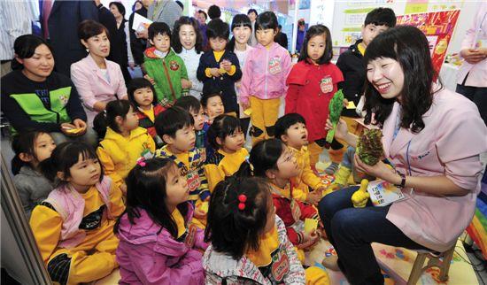 건강식에 대한 관심이 커짐에 따라 안전한 먹을거리에 대한 지식이 요구된다. 사진은 한 박람회에서 어린이들 대상으로 건강 식품에 대해 설명하고 있는 모습.