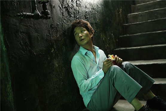 """Actor Han Suk-kyu in a scene of thriller """"Villain and Widow"""" released in Korea on November 24, 2011. [Sidus FHN]"""