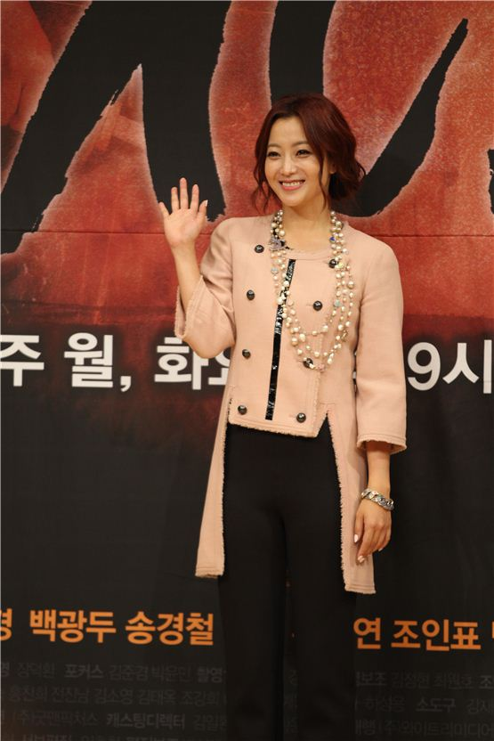"""Kim Hee-seon smiles brightly in front of local reporters to promote his upcoming Monday and Tuesday series """"The Great Doctor"""" (tentative title) at the press conference held at SBS in Seoul, South Korea on August 9, 2012. [Lee Ki-won/10Asia]"""