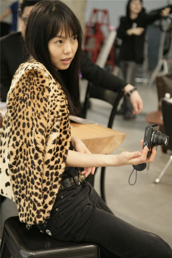 "Actress Kim Min-hee grabs a camera on the movie ""Actress"" which hit local theaters on December 10, 2009. [Showbox]"