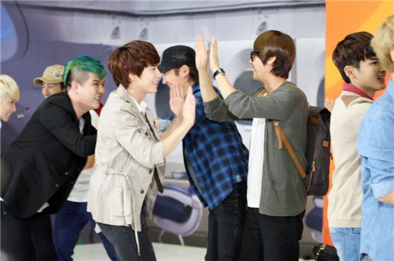 """Super Junior's Shindong (left), Kyuhyun (second to left), Ryeowook (right) and Shinhwa's Hye-sung (second to right) greet each other on the set of jTBC's """"Shinhwa Broadcasting"""" set to air on September 22, 2012. [jTBC]"""