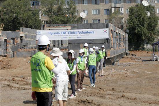 현대건설 힐스테이트 해외봉사단이 지난 8월 13일 카자흐스탄 내 카라간다 지역에서 교육복지센터 건립을 위해 작업을 하고 있다.