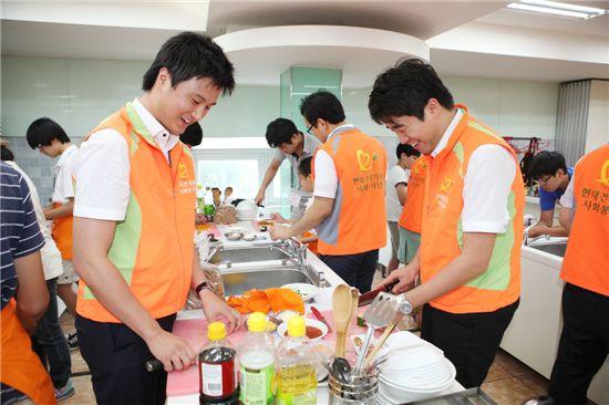 지난 7월 24일 서울 종로구 효제동 소재 수도조리제과학원에서 현대건설 직원 자원봉사자들과 아동들이 함께 피자와 샌드위치를 만들고 있다.