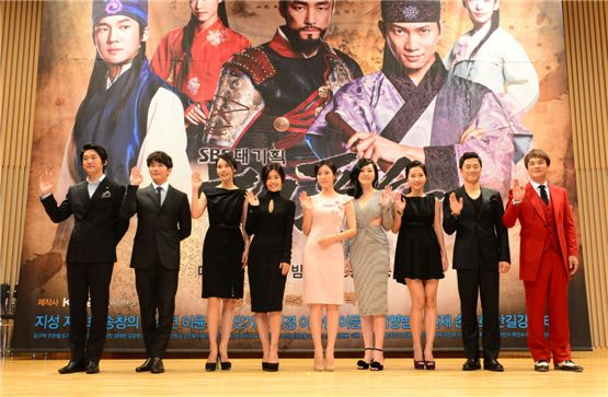 """SBS """"The Great Seer"""" cast members Song Chang-eui (left), Ji Sung (second to left), Oh Hyun-kyung (third to left), Lee Yoon-ji (fourth to left), Kim So-yeon (center), Lee Seung-yeon (fourth to right), Lee Jin (third to right), Ji Jin-hee (second to right) and Cho Min-ki (right) cheer for the success of their drama during the drama's press conference held at Seoul's SBS hall in South Korea on September 26, 2012. [SBS]"""