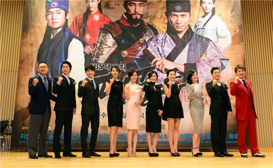 """Director Lee Yong-seok (left), Song Chang-eui (second to left), Ji Sung (third to left), Oh Hyun-kyung (fourth to left), Kim So-yeon (fifth to left), Lee Yoon-ji (fifth to right), Lee Jin (fourth to right), Lee Seung-yeon (third to right),  Ji Jin-hee (second to right) and Cho Min-ki (right) cheer for the success of SBS' new drama """"The Great Seer"""" during the drama's press conference held at Seoul's SBS hall in South Korea on September 26, 2012. [SBS]"""