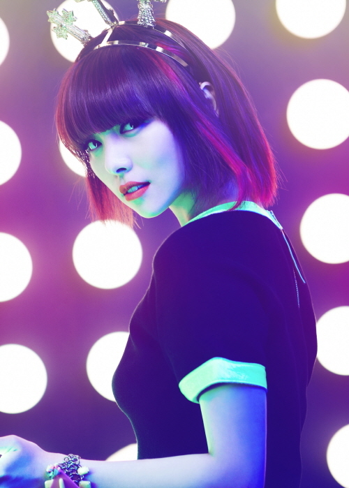 """Wonder Girls member Sun stares at the camera in a profile picture taken for """"Wonder Party,"""" released on June 3, 2012. [JYP Entertainment]"""
