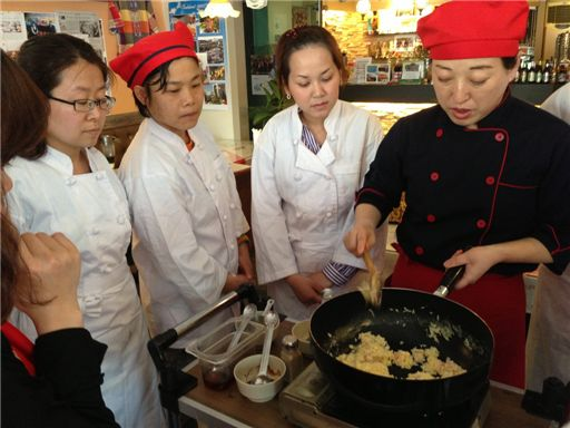 다문화요리봉사단 소속 결혼이주여성들이 요리교육을 받고 있다.