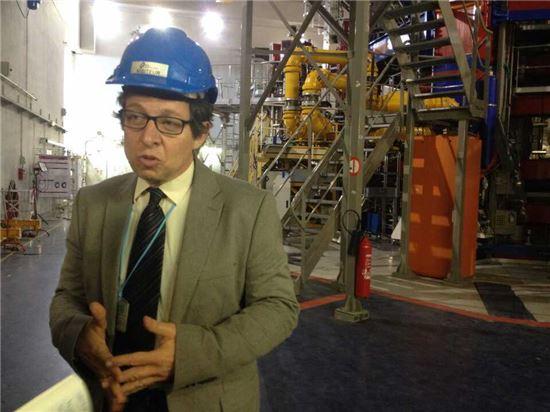 ▲앙드레 그로스만 프랑스 원자력청 카다라쉬 연구센터 부소장이 토카막 장치에 대해 설명하고 있다.[사진제공=공동취재단]